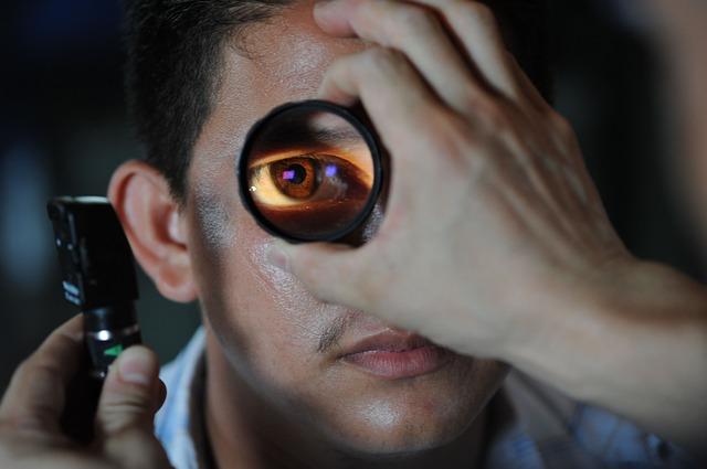 badanie neurologiczne po wypadku, badanie źrenicy oka