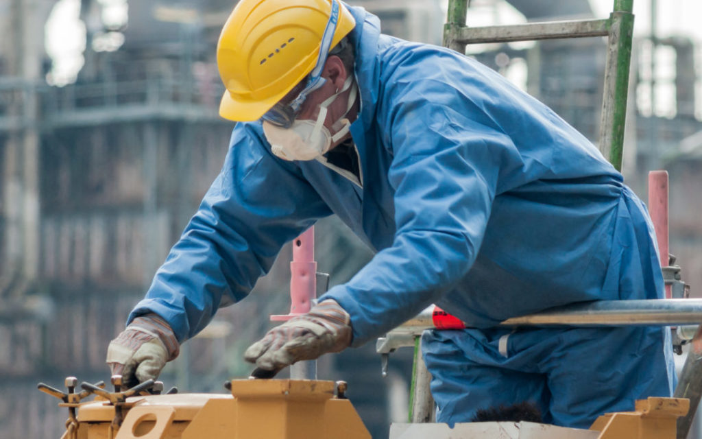 wypadek w pracy, robotnik układający cegły