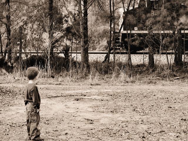 wypadek dziecka- chłopiec stojący przed ścianą lasu