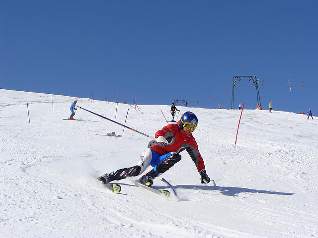narciarz amator zjeżdżający ze stoku