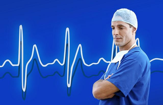 smutny lekarz po operacji w tle wykres EKG