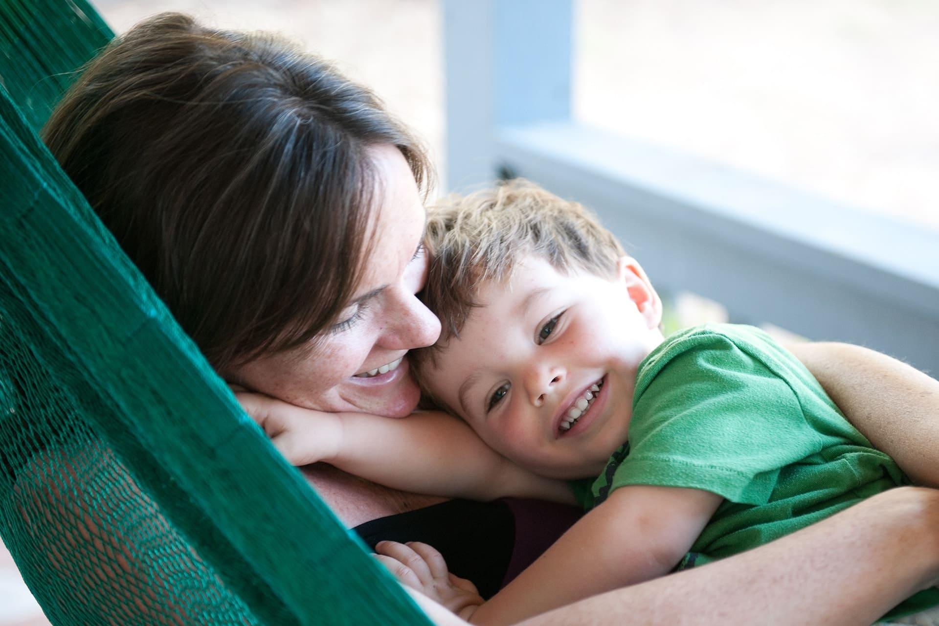 pomoc w odszkodowaniach- matka z dzieckiem w hamaku