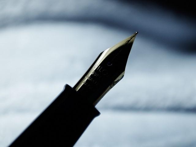 ugoda- podpisanie, pióro i kartka papieru