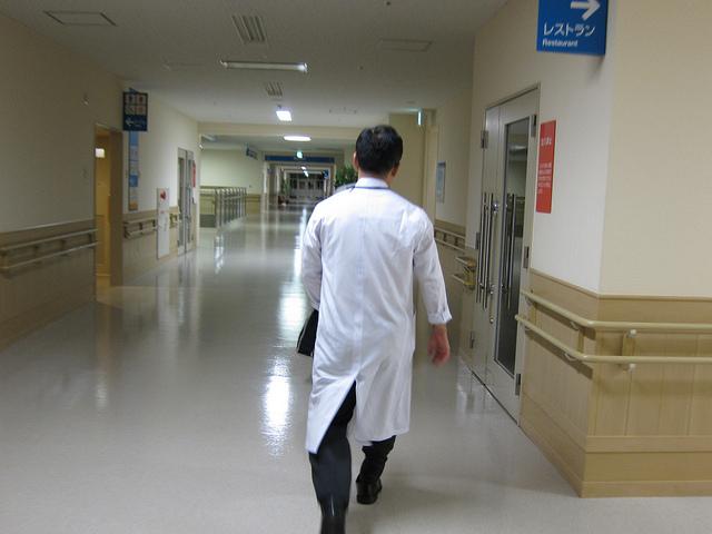 idący lekarz w szpitalu