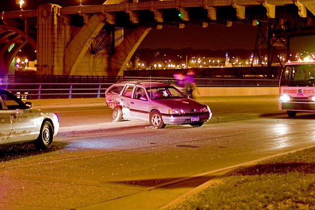 opinia biegłego- samochód stoi w nocy w poprzek drogi obok osoba