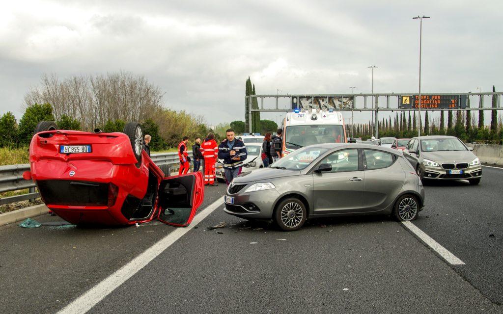 polisa OC nie zadziała, wypadek samochodowy jedno z aut po dachowaniu