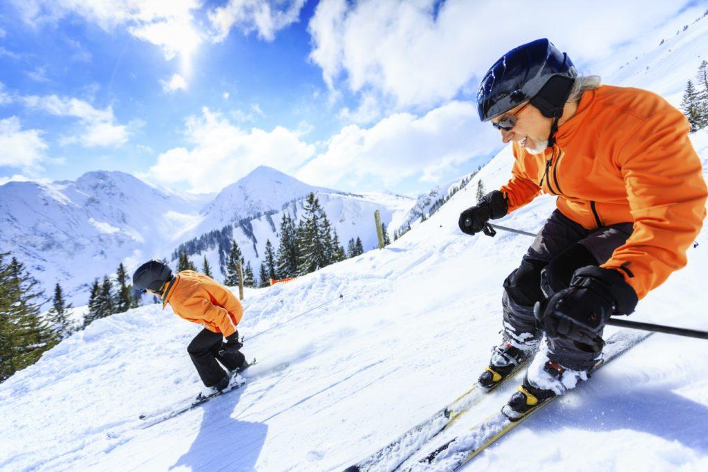 starszy narciarz zjeżdżający ze stoku, odszkodowanie dla narciarza amatora