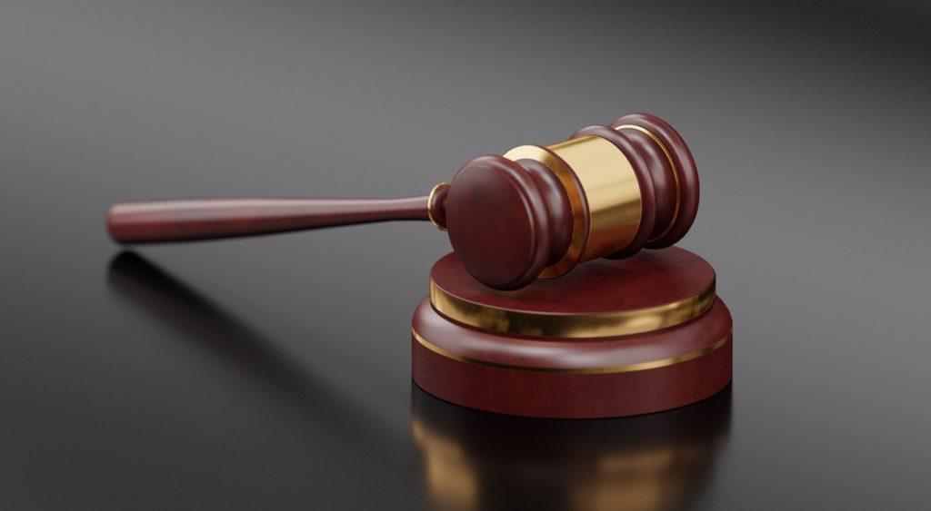 młoteczek sędziego w sprawie cywilnej o odszkodowanie