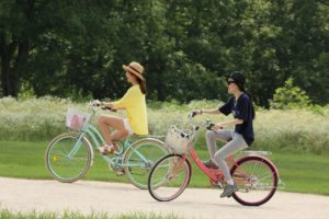 wypadek rowerowy- dzieczynnki jadące w wyprawie rowerowej