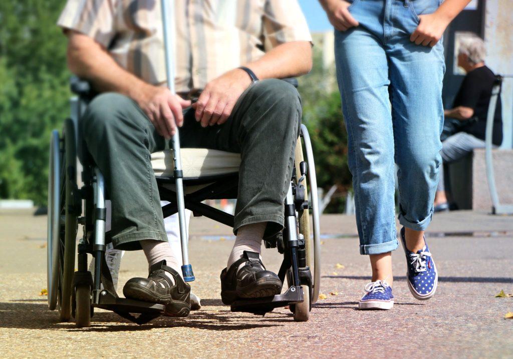 odszkodowanie za uszczerbek na zdrowiu, pacjent na wózku inwalidzkim